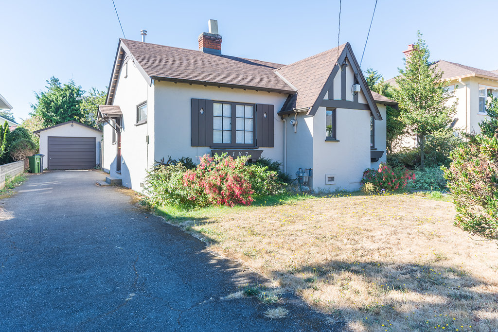 Charming Cottage in South Oak Bay